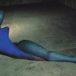 Wat is de relatie tussen een beeld van Henk Visch en kleding?