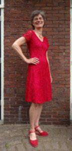Janny in rode Hunza-jurk. 12-6-16 foto Chris van Gelderen