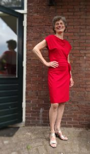 Janny in rode jurk van Cora Kemperman. 12-6-16 foto Chris van Gelderen