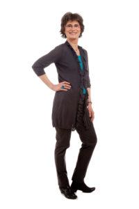 broek en vest in basiskleur met turkoois topje. (c) Janny ter Meer